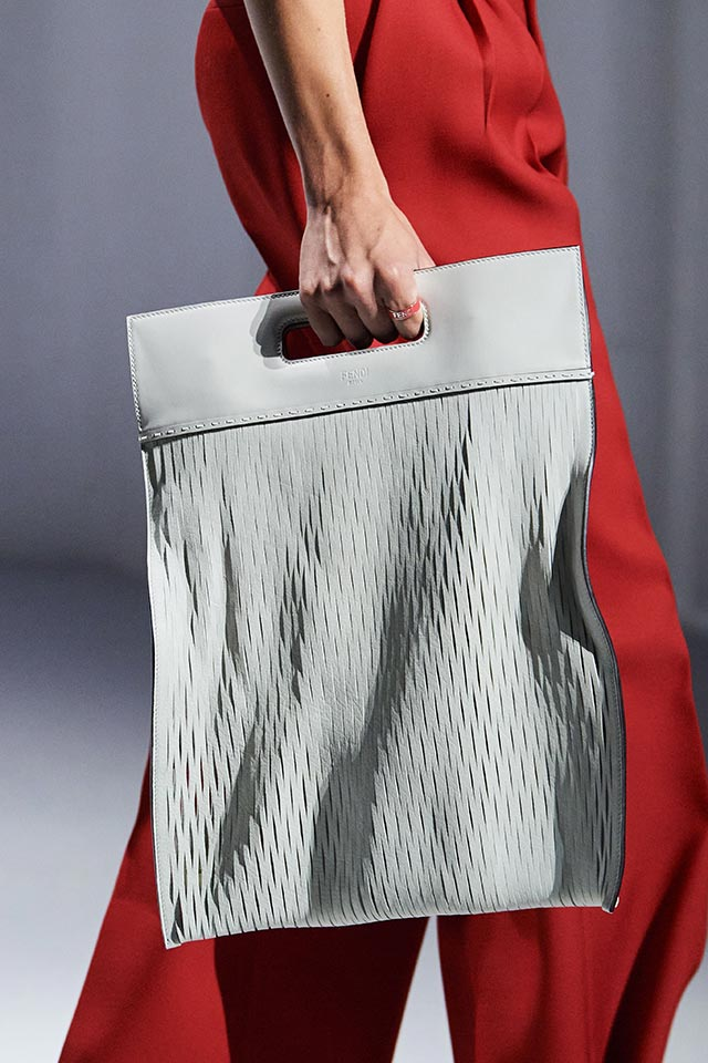 Големите чанти са отново модерни